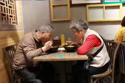 米粉店食客就餐图