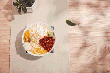 趁着腾腾热气嗦一口米粉,这一碗米粉是四季的